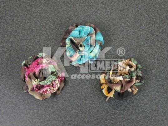 Pico con flor de tela estampada