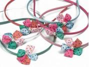 Vincha forrada 0.5 cm con flor 5 petalos multicolor y 1/2 perla